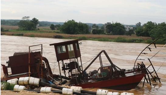 广西合浦抽沙船失控撞大桥 消防员采取沉船保桥措施